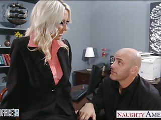 Young employee fucks mature lady bigwig Emma Starr right not susceptible along to table