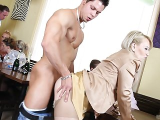 Pulchritudinous fuck scenes at be imparted to murder pub with a bunch of married matures